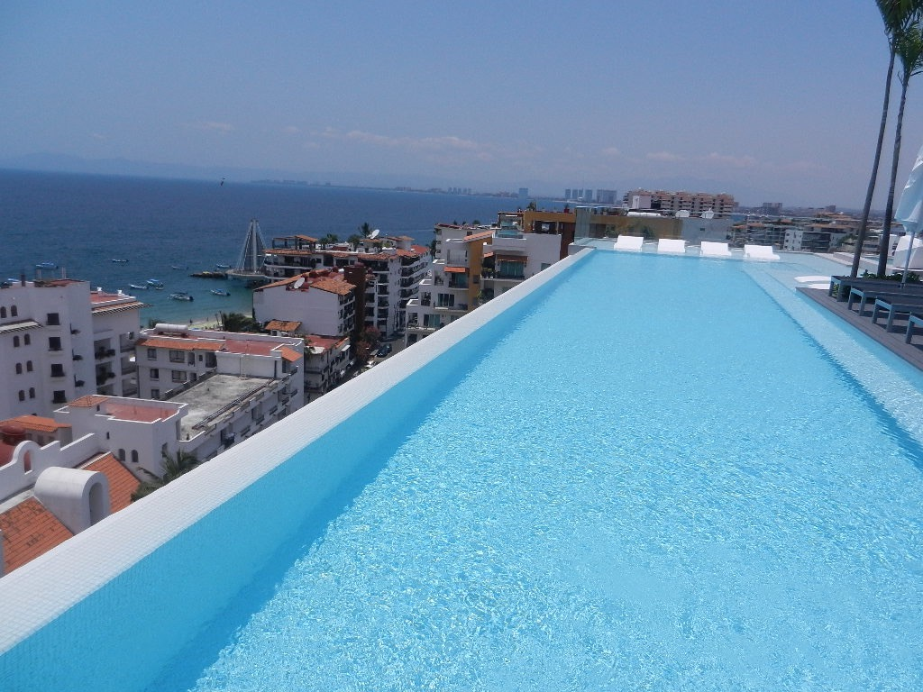 A-M-A-Z-I-N-G Rooftop Infinity Pool!